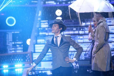 Radu Ștefan Bănică, cu pălărie și umbrelă, transformat în Gene Kelly, În Finala Te cunosc de undeva, sezon 16