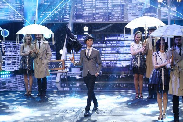 Radu Ștefan Bănică, cu pălărie și umbrelă, transformat în Gene Kelly, În Finala Te cunosc de undeva, sezon 16, alături de balet