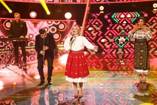 Mirela Vaida, cu ie și șorț roșu, pe scena Te cunosc de undeva!, pe 15 mai 2021