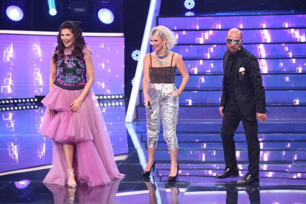 Cristina Vasiu, purtând pantaloni argintii și top cu abdomenul la vedere