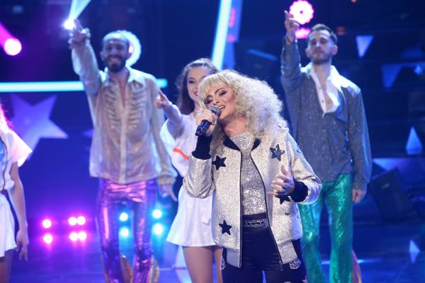 Raluka, pe scena TCDU, cu o perucă blondă