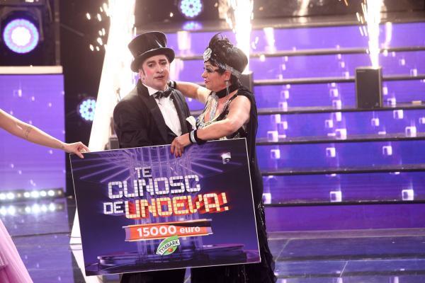 Romică și Adriana, ținând trofeul sezonului 16 TCDU
