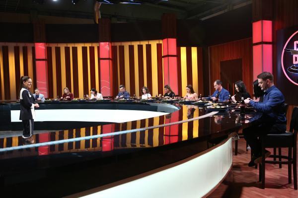 irina fodor in platoul emisiunii chefi la cutite, din sezonul 9, impreuna cu juratii gimnasti