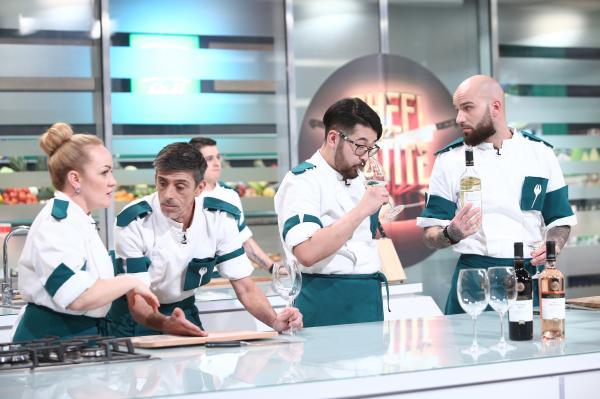 concurentii din echipa verde, degustand niste vin