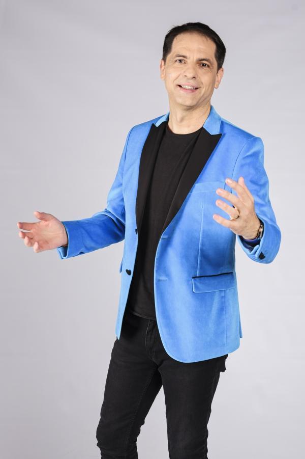 Dan Negru în sacou albastru și tricou negru