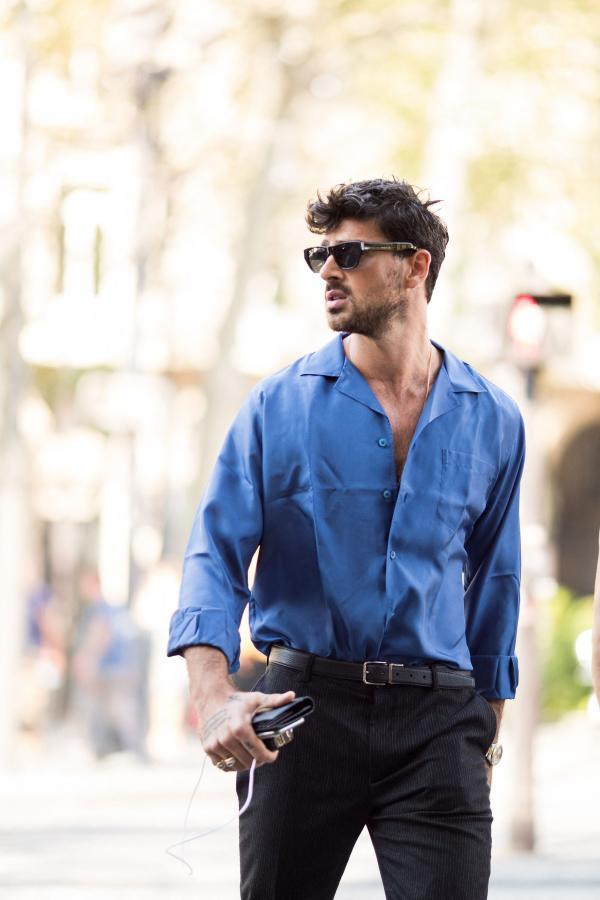 Massimo în cămașă albastră