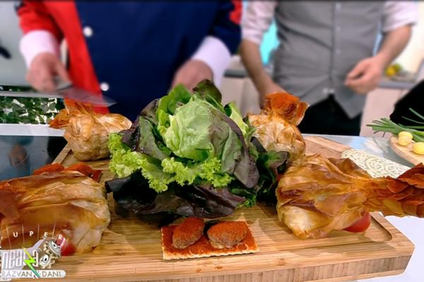 Plăcinta cu pui și cartofi noi se servește cu salată verde