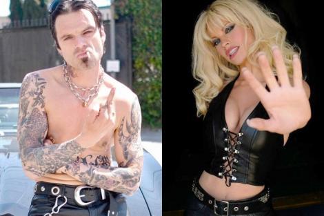 Lily James, deghizată în Pamela Anderson, în costum negru, în dreapta, și Sebastian Stan, care joacă rolulul fostului soț al Pamelei, Tommy Lee