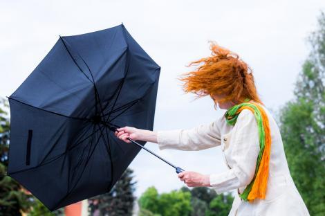 o fata care tine umbrela in mana