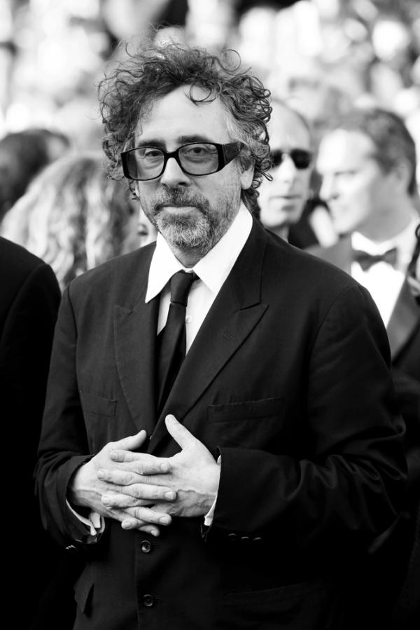Tim Burton este îmbrăcat la costum, cu ochelari de vedere, fotografie alb negru