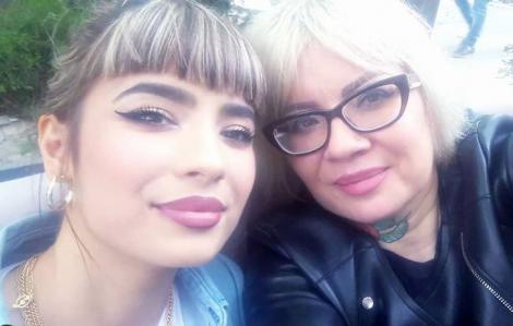 Catinca și Călina Roman, mamă și fiică, într-un selfie