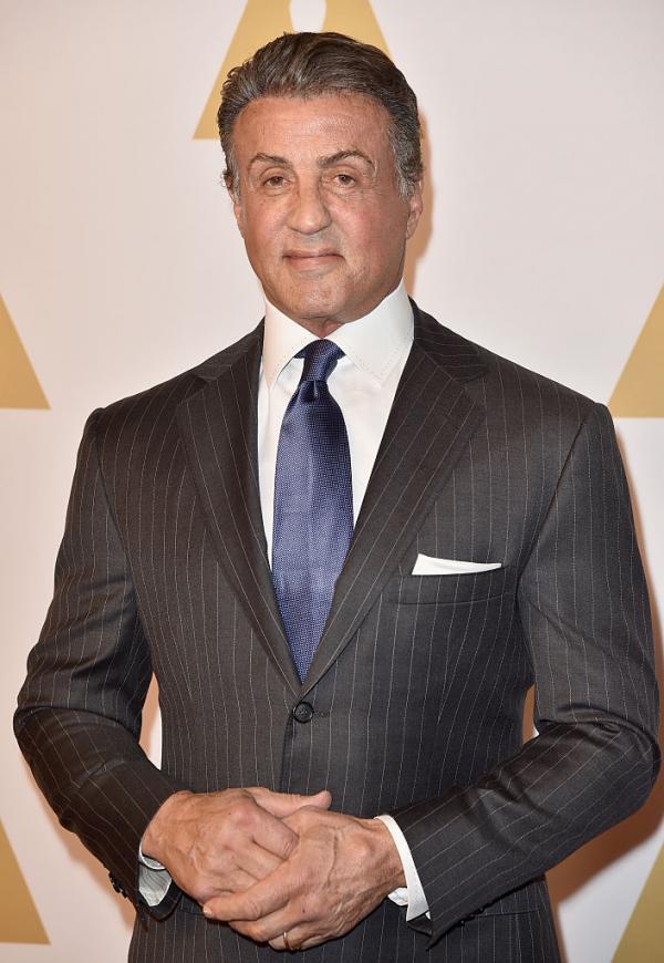 Sylvester Stallone în costum negru