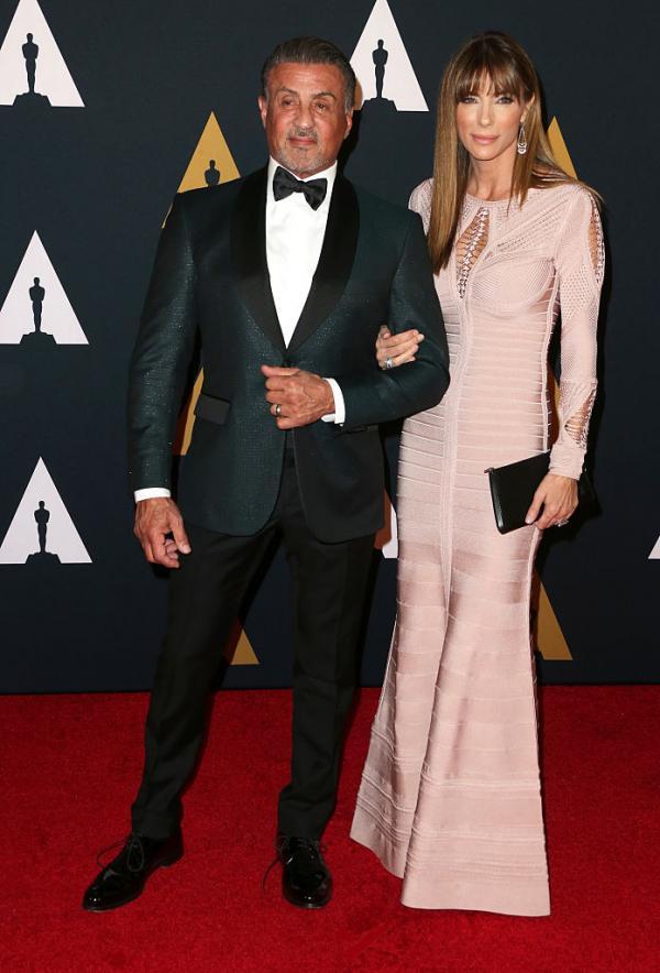 Sylvester Stallonea și Jennifer Flavin pe covorul roșu, foarte apropiați