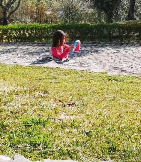 Fotografia cu o fetiță care pare îngropată cu jumătate de corp în cimentul unui trotuar face vâlvă pe Internet. Care e explicația