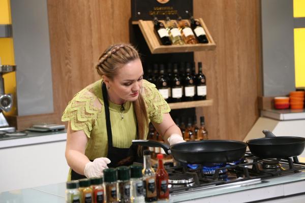Victorina Mateveev într-un tricou galben, în platoul Chefi la cuțite