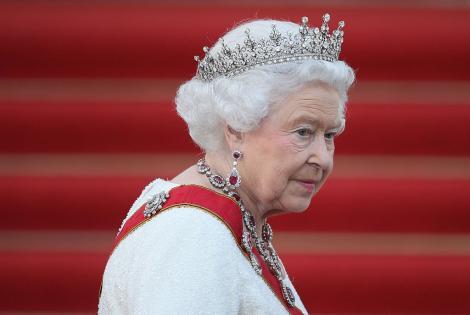 regina elisabeta cu coroana si tinuta alba