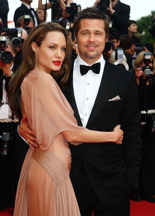 Angelina Jolie și Brad Pitt, împreună. Ea este îmbrăcată în rochie lungă, el, în costum cu papion