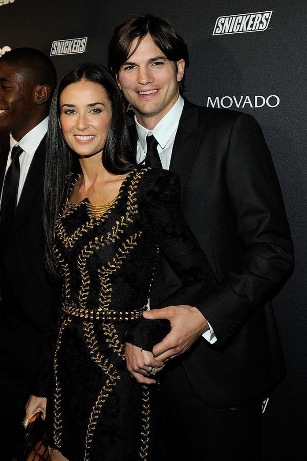 Ashton Kutcher și Demi Moore, la unul dintre evenimentele publice, îmbrăcați elegant. Ea, în rochie neagră, el, în costum negru cu cravată