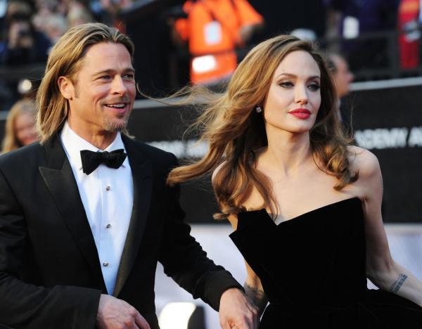 Angelina Jolie și Brad Pitt, împreună. Ea este îmbrăcată în rochie neagră, el, în costum cu papion