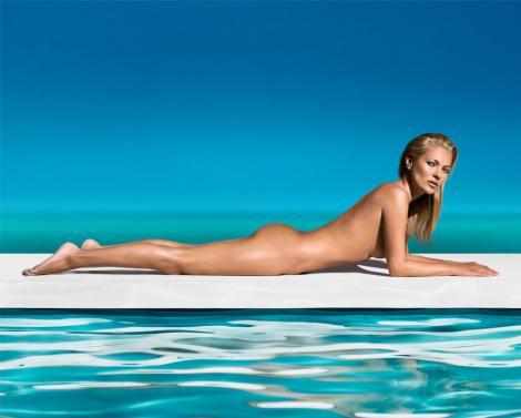 Kate Moss, dezbrăcată, întinsă pe o placă de surf