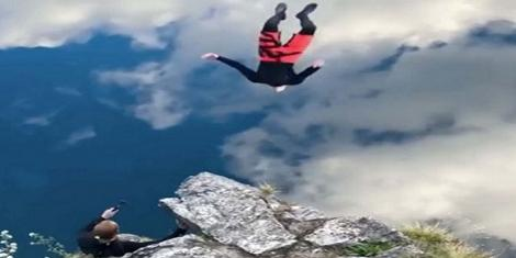 Iluzia optică a momentului i-a făcut pe mulți să creadă că acest bărbat plutește. Care este explicația fenomenului