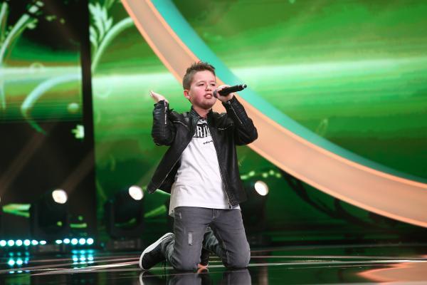 George Constantinescu pe scenă, cântă