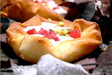 Desert coșulețe din foi de plăcintă umplute cu spumă de căpșuni