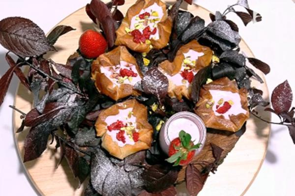 Coșulețe din foi de plăcintă umplute cu spumă de căpșuni, într-un decor de frunze de copac