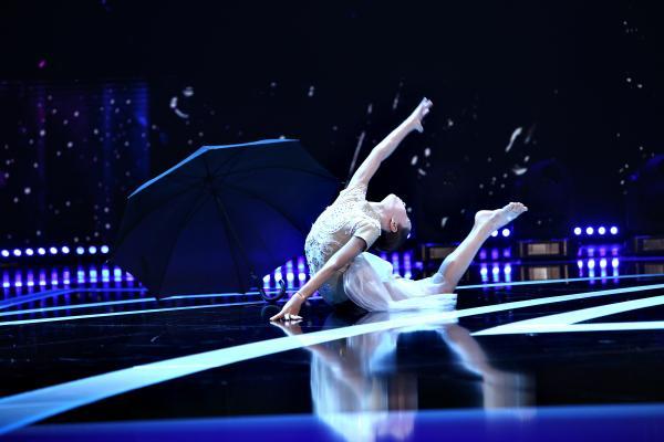 Maria Răducanu pe scenă, dansează