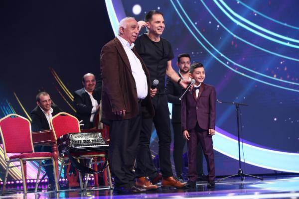 Diego Gruia pe scenă, alături de bunicul lui și Dan Negru