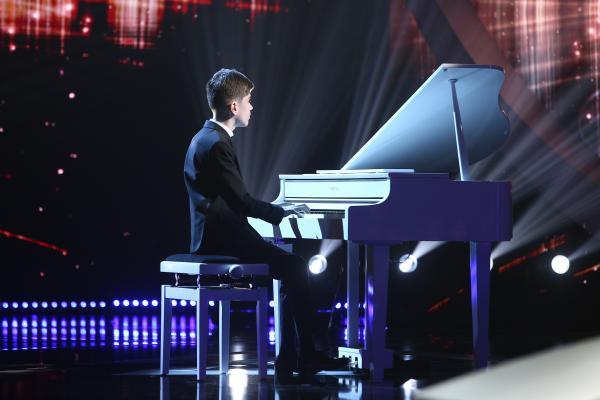 Amir Bălteanu pe scena Next Star, cântă la pian