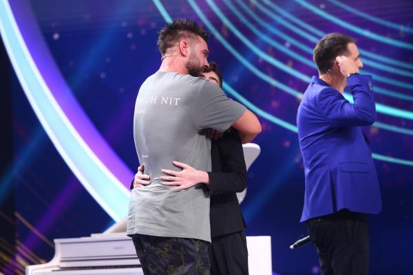 Amir Bălteanu și Dorian Popa, se îmbrățișează