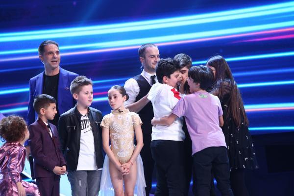 Amir Bălteanu pe scena Next Star, alături de celilați concurenți, frații și prezentatorul emisiunii
