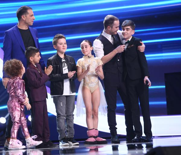 Amir Bălteanu pe scena Next Star, alături de celilați concurenți și Șerban Copoț
