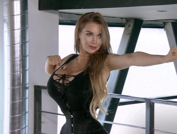 pixee fox, cu talie subtire, imbracata cu un corset negru