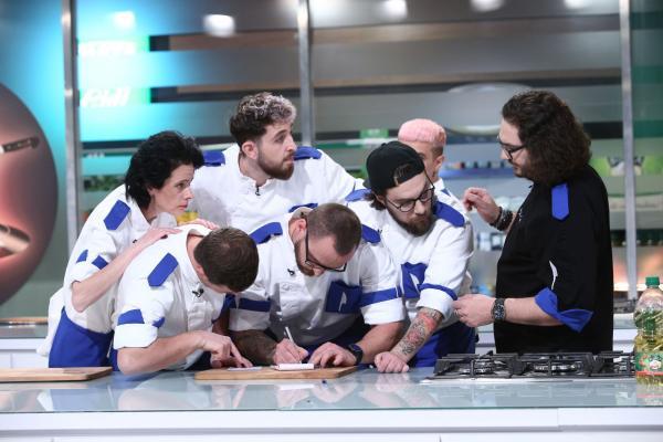 """Florin Dumitrescu, alături de bucătarii din echipa sa, la """"Chefi la cuțite"""""""