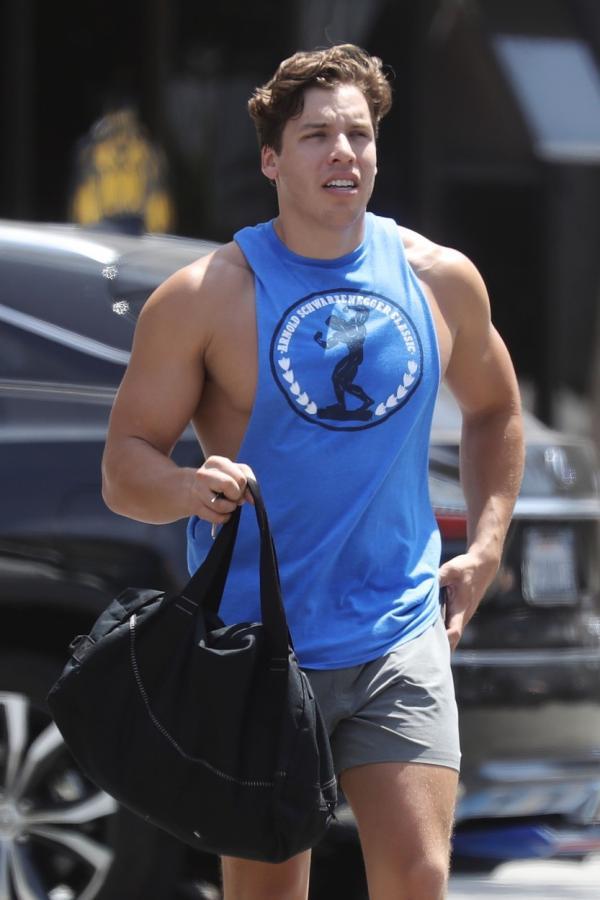 Joseph Baena, fiul de 23 de ani al lui Arnold Schwarzenegger, cu bagajul de la sală în mână