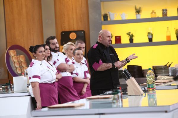 """Cătălin Scărlătescu în bucătăria emisiunii """"Chefi la cuțite"""", sezonul 9, alături de echipa sa"""