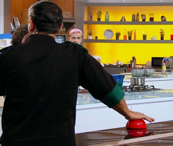 """Sorin Bontea apasand butonul de amuleta la """"Chefi la cuțite"""" sezonul 9"""