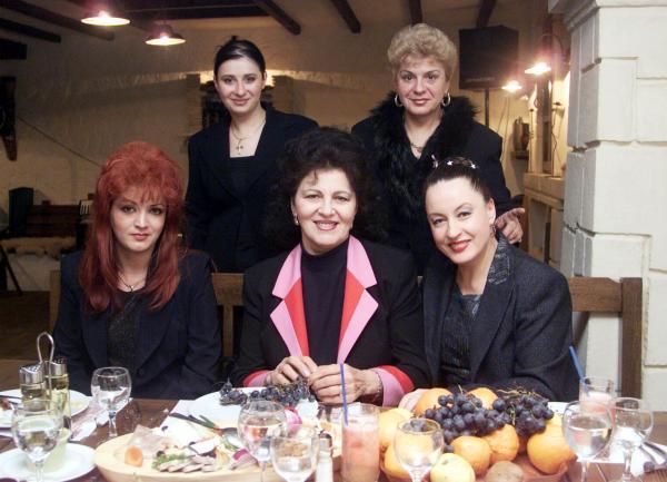 Irina Loghin, așezată la o masă alături de prietenele apropiate