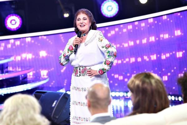 Irina Loghin, îmbărcată într-o rochie albă, în platoul emisiunii Te cunosc de undeva