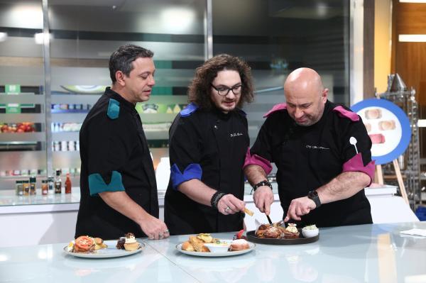 """Sorin Bontea, Florin Dumitrescu și Cătălin Scărlătescu degustand farfuriile din al zecelea battle de la """"Chefi la cuțite"""""""