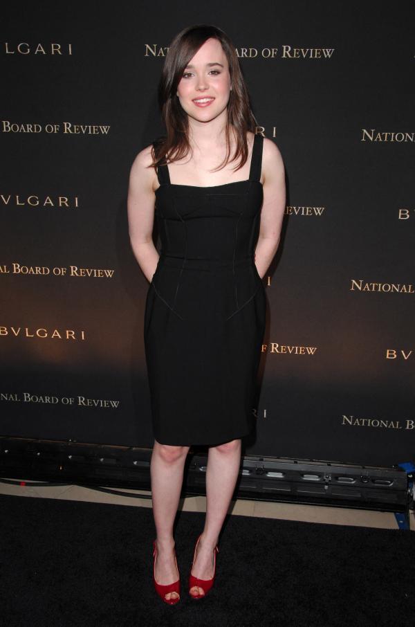 Elliot Page îmbrăcată în rochie neagră, la un eveniment cinematografic