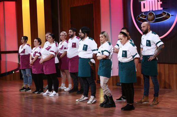 concurentii din sezonul 9 chefi la cutite, in platoul emisiunii, la momentul eliminarii