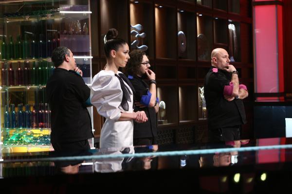 irina fodor in platoul emisiunii chefi la cutite, din sezonul 9, impreuna cu juratii, la anuntarea concurentului eliminat