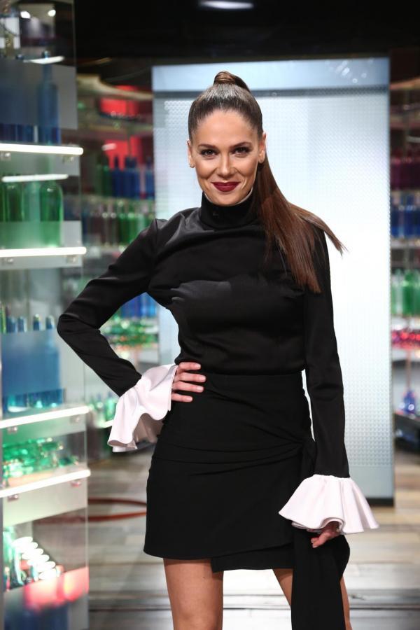 Irina Fodor, îmbrăcată într-o rochie neagră, în platoul Chefi la cuțite