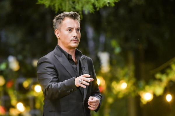 Răzvan Fodor, îmbrăcat într-un costum negru, la filmările emisiunii Burlacul