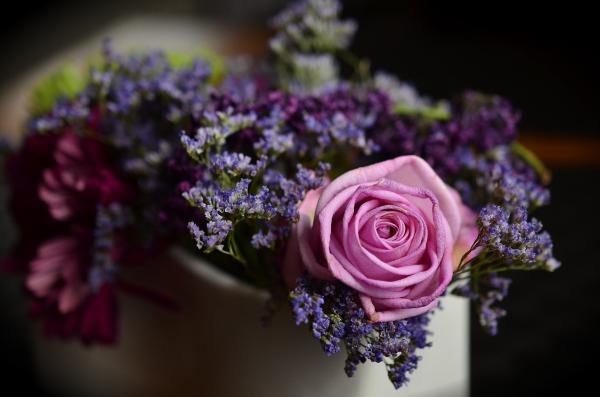 aranjament floral cu trandafir roz