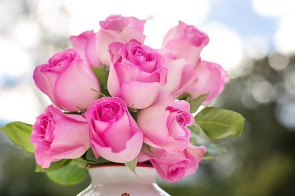 buchet compus din mai multi trandafiri roz