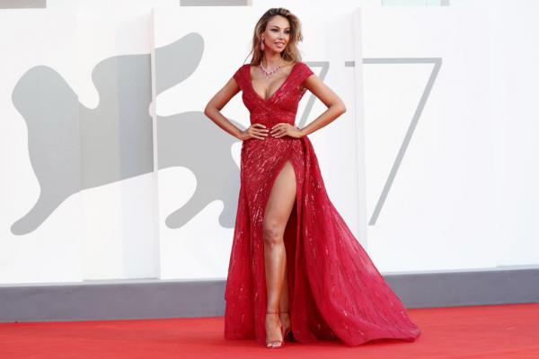 Mădălina Ghenea este într-o rochie lungă roșie, cu crăpătură pe picior